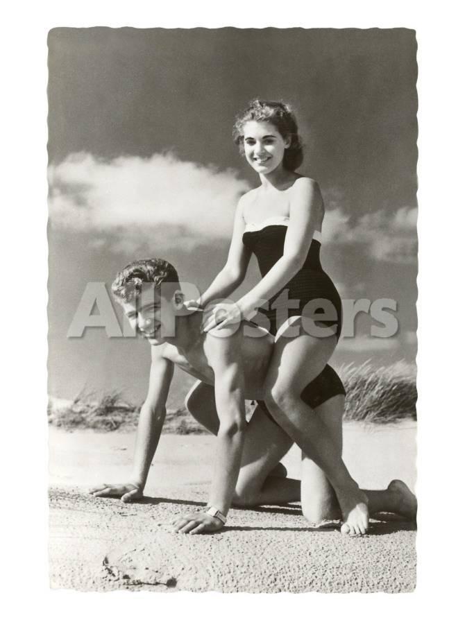 Paar der 50er Jahre am Strand (Foto) Kunst bei AllPosters.de