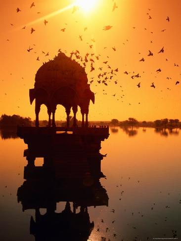 Jain Temple Silhouetted in Fateh Sagar Lake Fotografie-Druck