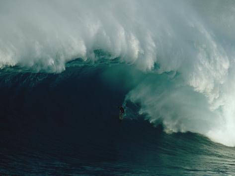Ein Wellenreiter reitet auf einer mächtigen Welle vor der Nordküste von Maui Fotografie-Druck