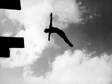 Excellent of Man Silhouetted Against Sky Doing Back Dive Off High Board Fotografie-Druck