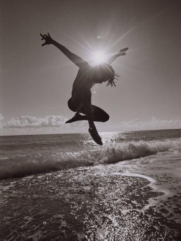 Silhouette eines Tänzers am Atlantikstrand im Sprung Premium-Fotodruck