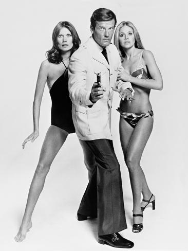 Roger Moore, Britt Ekland, Maud Adams, The 007, James Bond: Man with the Golden Gun,1974 Fotografie-Druck