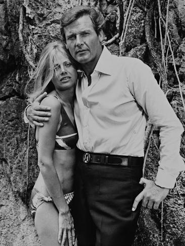 Roger Moore, Britt Ekland, The 007, James Bond: Man with the Golden Gun,1974 Fotografie-Druck