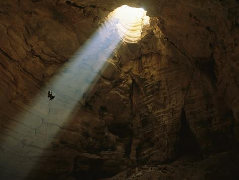 Ben Caddell Descends Majlis Al Jinn Cave Fotografie-Druck