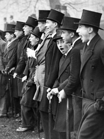 Westminster School Students Cheering for their Football Team in London, 1931 Fotografie-Druck