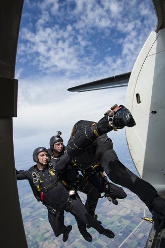The U.S. Army Black Knights Display Team Exit a F-27 Friendship Plane Fotografie-Druck