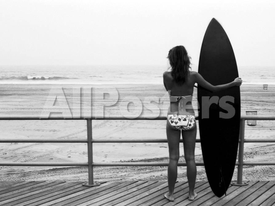 Frau mit Surfboard am Strand Fotografie-Druck von Theodore Beowulf ...