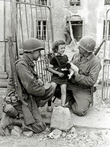 Two American Soldiers from the U.S. Corps of Engineers with a Little Girl and a Puppy Fotografie-Druck
