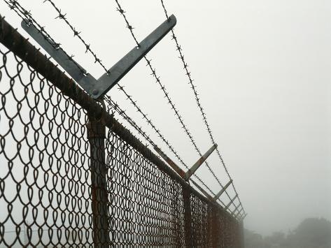 USA, California, Wire Mesh Fence Near Santa Ynez Mountains Fotografie-Druck