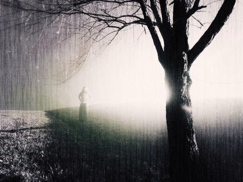 オールポスターズの ジャン レイキー standing in the rain under tree