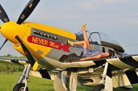 1940 39 s style pin up girl lying on the wing of a p 51 mustang impress o fotogr fica na allposters. Black Bedroom Furniture Sets. Home Design Ideas