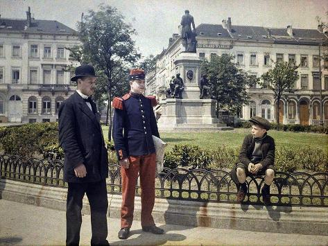 A French Soldier Stands Next to a Man and a Boy Sitting on the Railing of a Flower-Bed Stampa giclée