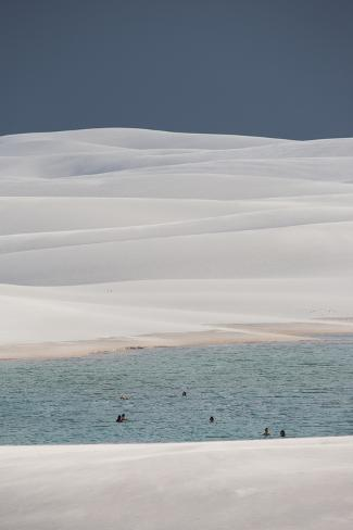People Bathe in One of Brazil's Lencois Maranhenses Lagoons Surrounded by Sand Dunes Impressão fotográfica