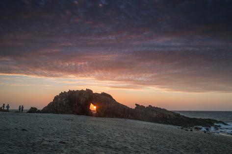 The Setting Sun Viewed Through the Hole at Pedra Furada, Jericoacoara, Brazil Impressão fotográfica