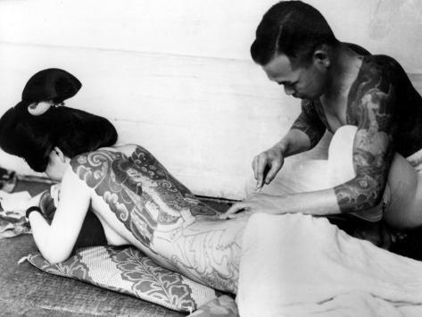 An Unidentified Japanese Tattoo Artist Works on a Woman's Backside Lámina fotográfica