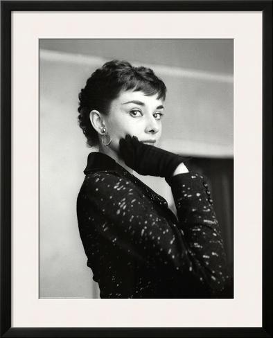 Audrey Hepburn Black Coat and Gloves Impressão artística emoldurada