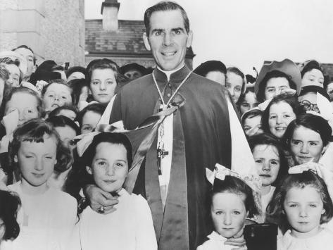 Bishop Fulton Sheen with Irish Children in Choghan County, Roscommon, Ireland Fotografía