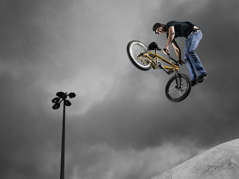 BMX Biker Performing Tricks Lámina fotográfica en AllPosters.es