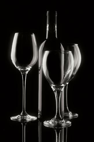 Wine Bottle and Glasses Impressão fotográfica premium