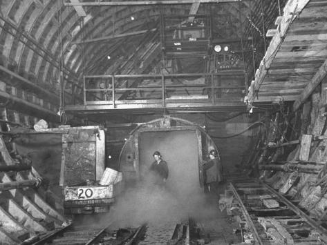 A View of Construction Workers Building the Queens Midtown Tunnel in New York City Premium-valokuvavedos