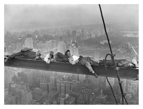 Construction Workers Resting on Steel Beam Above Manhattan, 1932 Kunstdruk