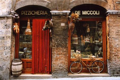 Cykel parkerad utanför en gammaldags matbutik, Siena, Toscana, Italien Poster