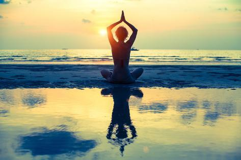Yoga Woman Sitting In Lotus Pose On The Beach During Sunset Stampa artistica