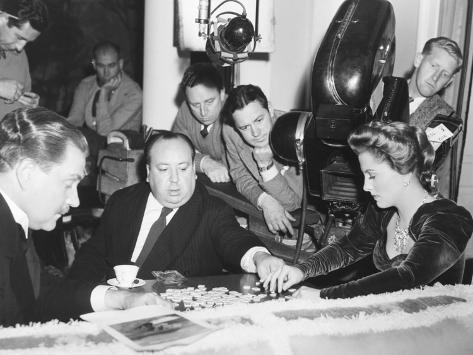 Director Hitchcock Directing a Scrabble Scene with Joan Fontaine in Suspicion Foto