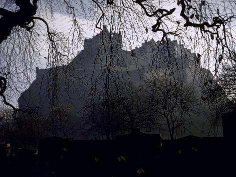 Edinburgh Castle Seen Through a Veil of Tree Branches Fotoprint