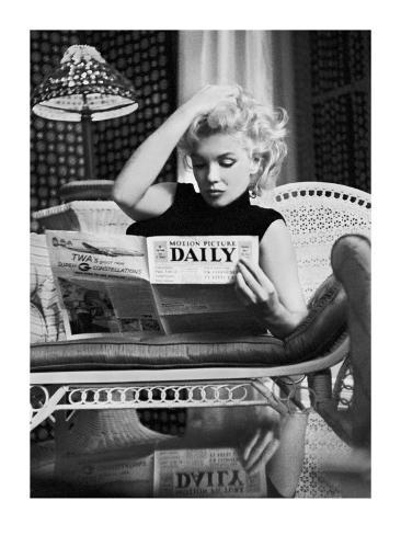 Marilyn Monroe lendo o Motion Picture Daily, Nova York, cerca de 1955 Impressão artística
