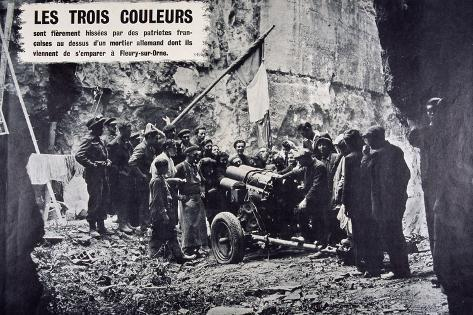 French Patriots Raise the Tricolore Above a Captured German Mortar During World War Two Stampa fotografica