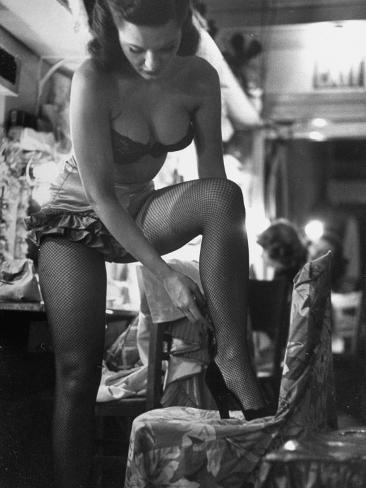 Chorus Girl Singer Linda Lombard, Backstage Getting Ready For Show Fotoprint