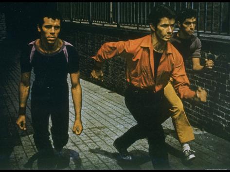 George Chakiris as Bernardo Leads Two Others Into Turf of Rival Gang in West Side Story Lámina fotográfica prémium