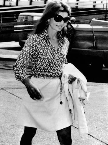 Jacqueline Kennedy Onassis Walks Through Rome's Leonardo Da Vinci Airport Photo