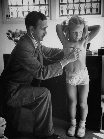 オールポスターズの little girl getting free medical exam from
