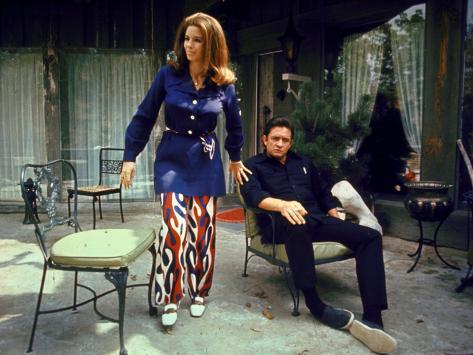 Country Western Singer Johnny Cash and Wife June Carter at Home Exklusivt fotoprint