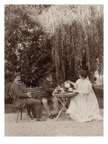 monsieur et madame salles et une autre personne assis autour d 39 une table sous un saule pleureur. Black Bedroom Furniture Sets. Home Design Ideas