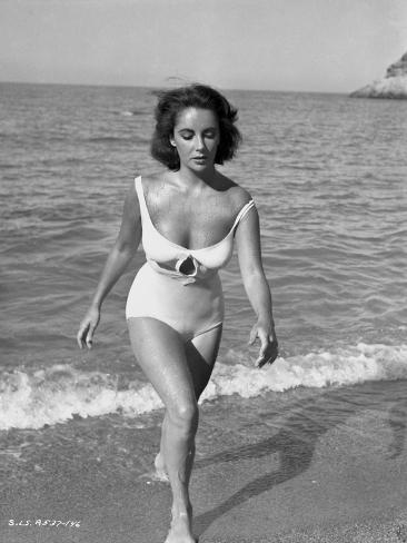 Elizabeth Taylor Walking in the Beach Classic Portrait Photo