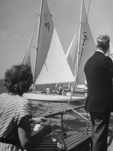 Men Lining their Sailboats Up at the Start Line at the Seawanhaka Yacht Club Valokuvavedos