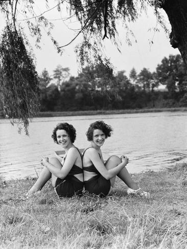 Twin Sisters Sitting Back to Back Valokuvavedos