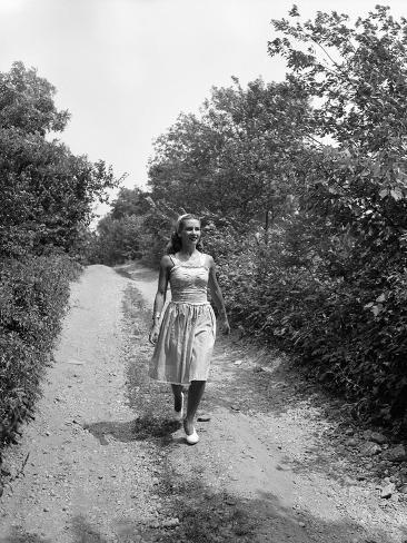 Woman Walking on Country Road Valokuvavedos