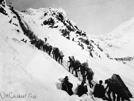 Prospectors Climbing the Chilkoot Pass During the Klondike Gold Rush Stampa fotografica