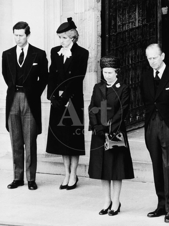Queen Elizabeth Ii Prince Philip Princess Diana And Prince Charles At Duchess Of Windsor Funeral Photographic Print Allposters Com