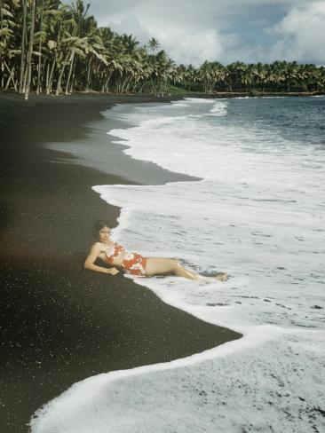 Hawaiian Airline Stewardes On Black Sand Beach Kalapana Hawaii Impressão Fotográfica