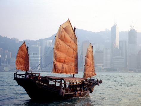 Duk Ling Junk Boat Sails in Victoria Harbor, Hong Kong, China Lámina fotográfica