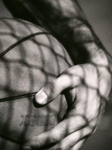 Sosteniendo el balón de baloncesto Lámina fotográfica