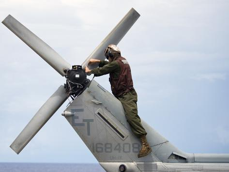 A Marine Conducts Maintenance On the Tail of An UH-1N Huey Helicopter Valokuvavedos