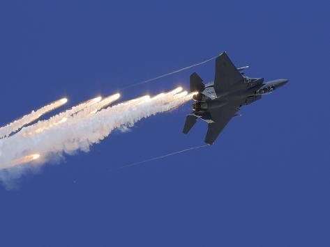 An F-15E Strike Eagle Releases Flares Valokuvavedos