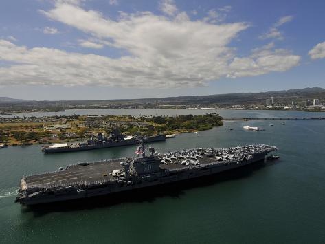 USS Carl Vinson Passes the USS Missouri Memorial in Pearl Harbor Valokuvavedos