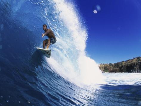 Wave Curling Up Over Surfer Lámina fotográfica